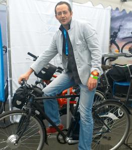 Guim en su tienda-taller de bicicletas en Hanoi (Vietnam)